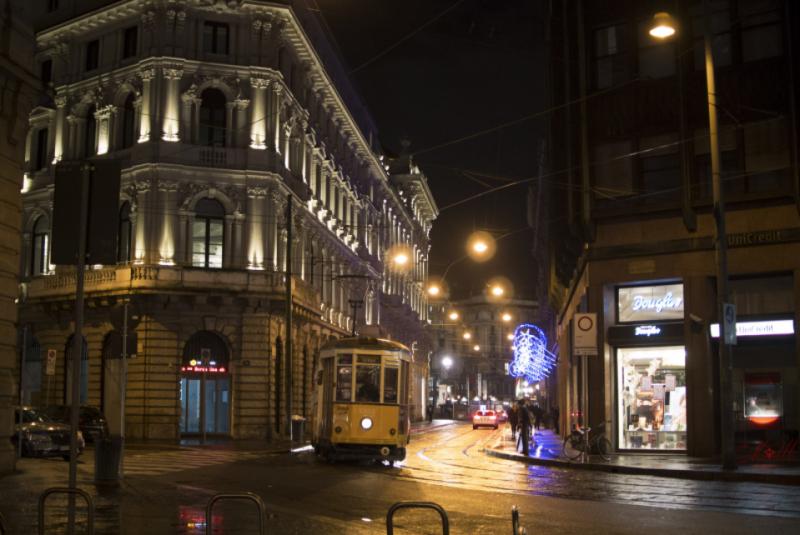 Rua em Milão à noite