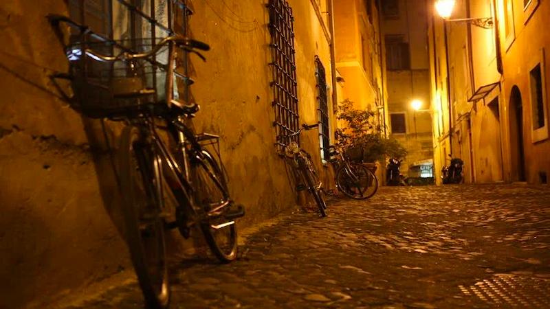 Rua em Roma à noite