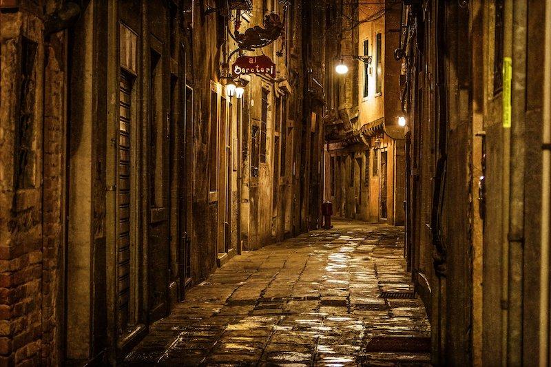 Rua em Veneza à noite