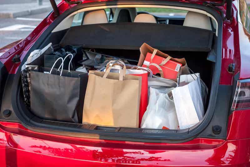 Sacolas no porta-malas do carro
