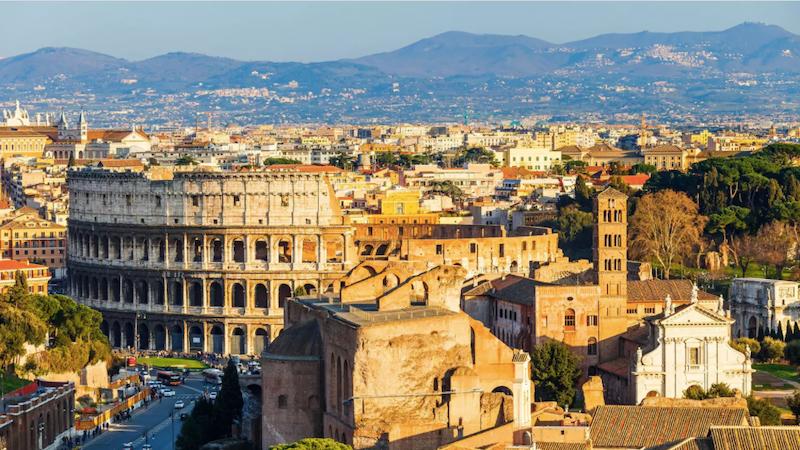 Vista do Coliseu na cidade de Roma